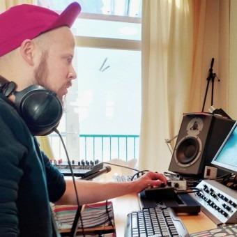 Lekker zelf producen en meer weten over mixen, masteren, muziektheorie, EQ,  beats en sampling. Je eigen tracks en sounds maken vanaf je laptop! ? Check Andrius Derevi in Amsterdam Noord. Ook online producer lessen.