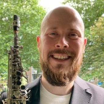 Ik ben Andrius Dereviancenko en ik geef leuke en inspirerende saxofoonlessen in alle stijlen! Ervaren saxleraar in Amsterdam
