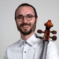 Zoek je celloles voor kinderen, jongeren en volwassenen bij een motiverende leraar in Rotterdam? Alejandro Sanchez, all-round cellist en ervaren cellodocent in Rotterdam. Celloles aan huis en ook online celloles.
