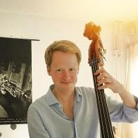 Contrabas leren spelen? Privé basles Jazz of Klassieke muziek. Check Boris Oostendorp, ervaren bassist en basleraar in Almere en omgeving. Ook online baslessen.
